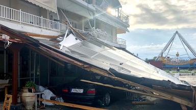 Ein Auto ist nach einem Sturm unter einem eingestürzten Pultdach in der Region Chalkidiki in Nordgriechenland am 11.07.2019