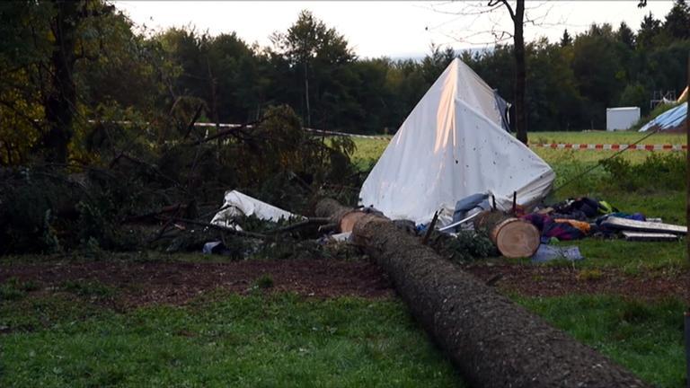 Umgestürzter Baum auf Zeltlager in Rickenbach