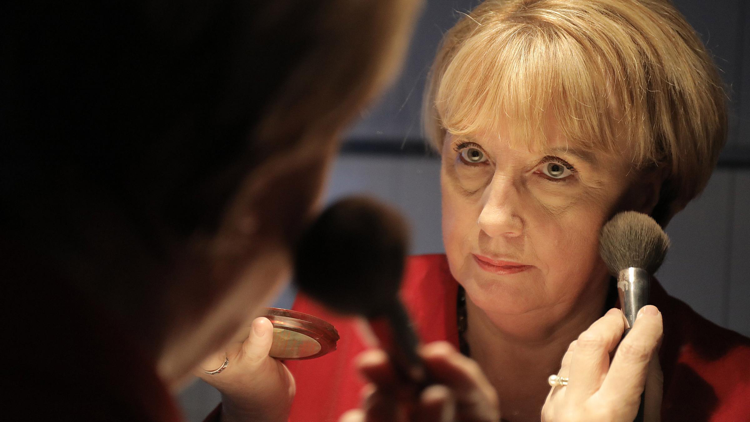 Merkel Double Erstmal Ins Nagelstudio Zdfmediathek