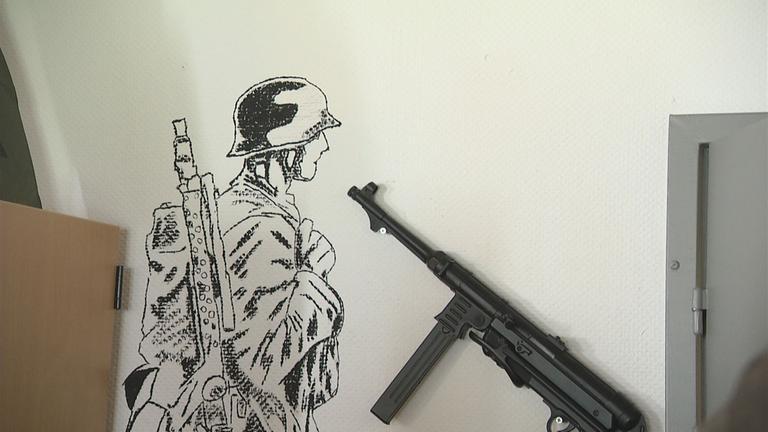 Gewehr und gezeichneter Soldat