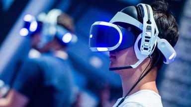 Archiv: Videospieler mit einer VR-Brille am 22.08.2018 in Köln