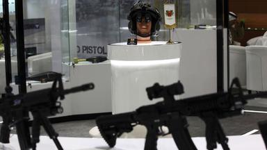 Auf der internationalen Ausstellung für Verteidigung werden Waffen und Soldatenhelme ausgestellt.