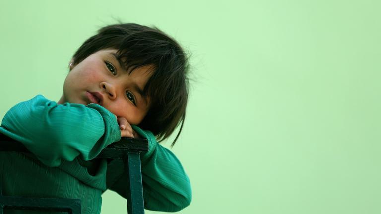 Ein kleines Mädchen wartet auf das Essen während des Ramadans