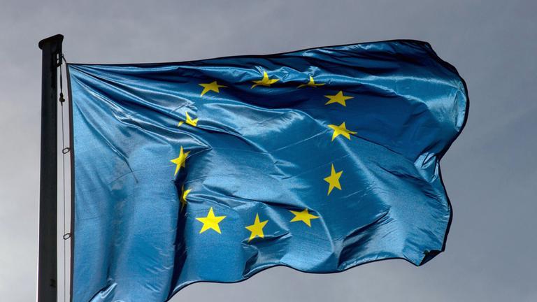 EU-Flagge weht im Wind